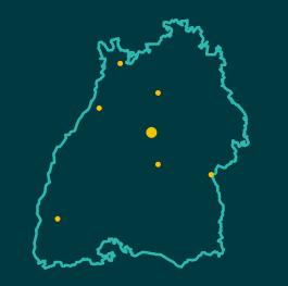 Karte von Baden-Württemberg mit den sieben Standorten der Komm.ONE in Stuttgart, Reutlingen, Ulm, Karlsruhe, Freiburg, Heidelberg, Heilbronn